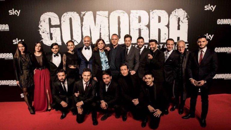 Българските актьори Александър Сано (вторият отляво на първия ред) и Боряна Мануилова (първата отляво) на премиерата на Гомор. В средата са двамата режисьори Франческа Коменчини (до мъжа с папионката, който е Марко д'Аморе) и Клаудио Купелини.