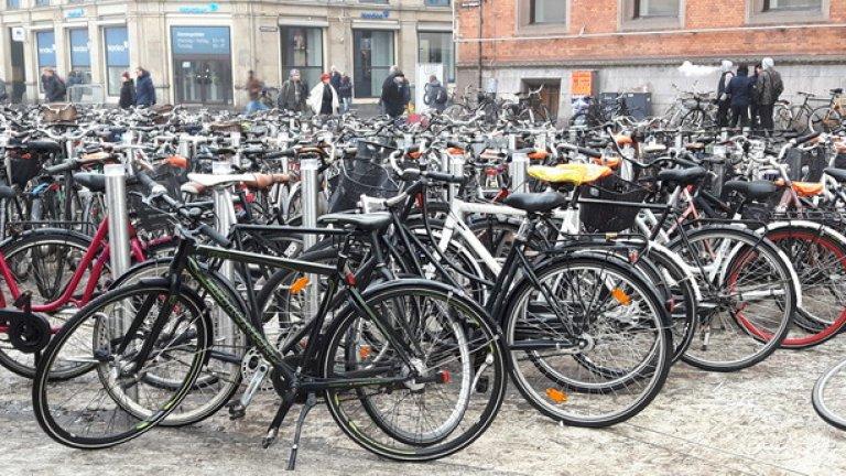 От другата страна на морето - на по-малко от 50 км. от Малмьо, се намира Копенхаген. Датската столица е още по-луда на тема велосипеди.