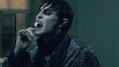 """Вампир номер 1 е Джони Деп, но не в ролята на бръснаря Суини Тод (където е действително ужасяващ), ами във филма """"Тъмни сенки"""" (Dark Shadows) от 2012-та (отново на режисьора Тим Бъртън), където ролята му е в голяма степен гротескна"""