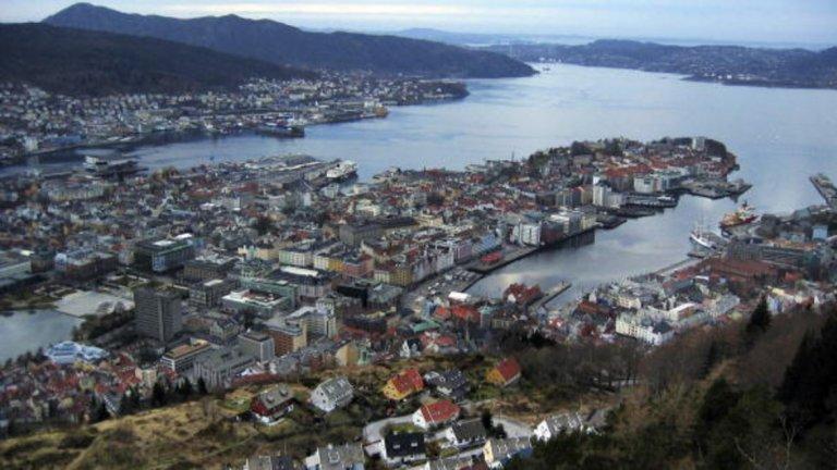 Град Берген е признат за неофициална столица на областта известна като Западна Норвегия, както и за официален път към норвежките фиорди. Берген има вътрешно пристанище, което е не само най-голямото в страната, но и едно от най-големите в Европа обработващо над 50% от товарите в Норвегия според пристанищната компания