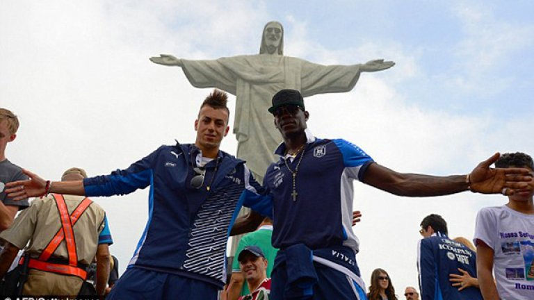 """Със Стефан ел Шаарауи, съотборник в Милан и """"скуадра адзура"""" позират пред статуята на Исус Христос над Рио де Жанейро."""