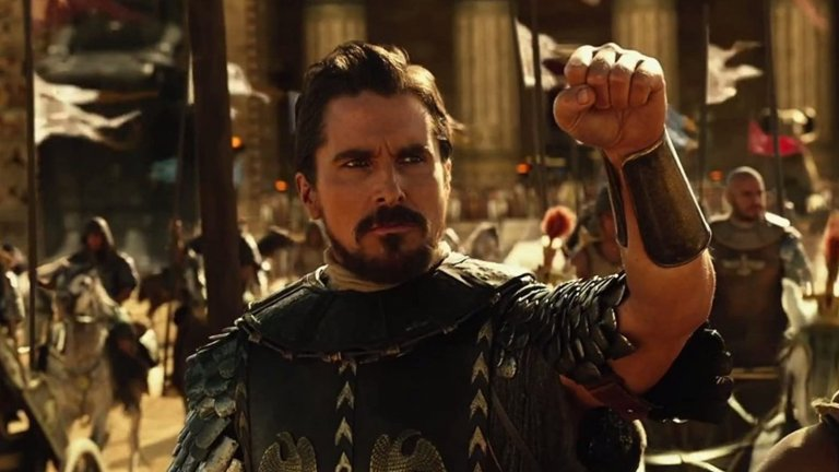 """Крисчън Бейл в """"Изход: Богове и царе"""" През 2014 г. британецът е избран да играе Мойсей – решение, което предизвиква меко казано учудване. Оправданието на режисьора Ридли Скот е, че ако наеме някой актьор от египетски произход, може би продуцентските компании няма да се съгласят да финансират амбициозния му и доста скъп проект."""