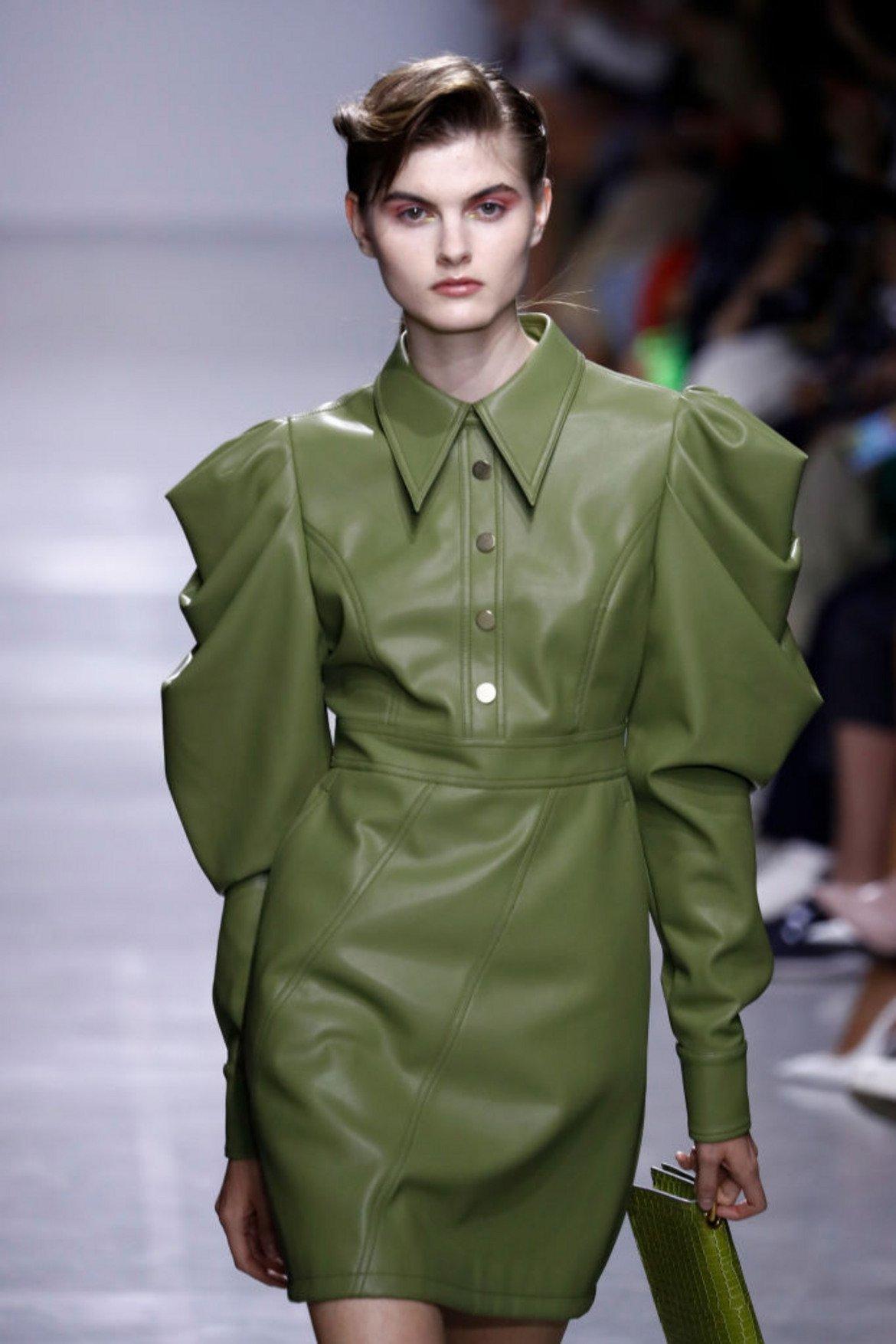 И е много подходящ да е в кожена връхна дреха, както видяхме и от модния подиум.   Модел на Annakiki от Седмицата на модата в Милано през септември 2019 г.