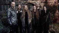 Doom metal  Огромно течение, което започва още от Black Sabbath и се разклонява в редица поджанрове като epic doom, stoner doom, sludge doom, funeral doom, black doom и death doom. Doom metal групите свирят в бавни темпа, често с настроени ниско китари с цел постигане на максимално дебел и плътен звук. Тематиката в текстовете няма да ви изненада -  става въпрос за мрак, надвиснала гибел и обреченост, а вокалите са дълбоки, далечни и лишени от човечност.  Death doom е сред популярните разклонения и вкарва малко повече енергия и комплексност от обичайните за жанра. Сред видните му представители са Paradise Lost, Swallow the Sun и My Dying Bride. Ако търсите нещо още по-злокобно обаче, трябва да чуете funeral doom банди като  Thergothon, Corrupted или Mournful Congregation. Funeral doom метълът се характеризира с погребални песни с още по-бавно темпо, с пространствени клавири и вокали, които сякаш изръмжават последните си дихания. Друг любопитен поджанр, който също се причислява към дуум метъла, е известен като drone metal и включва продължително звучащи ниски тонове, които често жужат непрекъснато по време на целите песни. Китарите са със силен ехо ефект и звучат безкрайно далечно, песните са хипнотизиращи и без конкретно изнесен бийт. Този стил възниква в края на 90-те с експериментатори като Sunn O))), Earth и Boris.