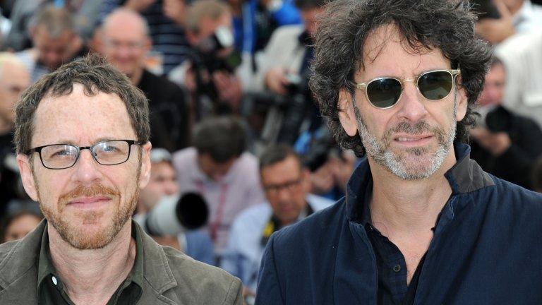 """Братята Коен... или по-скоро братът Коен  Вероятно ще е разочарование за някои от почитателите на този семеен тандем, но Джоуел Коен (вдясно на снимката) сам ще напише сценария и ще режисира следващия си филм - The Tragedy of Macbeth. Неговият брат Итън временно си взима почивка от киното, а това ще е първият проект, по който работи само единият от братята.  Както подсказва заглавието, става дума за адаптация на трагедията на Шекспир """"Макбет"""" - историята на шотландски лорд, който решава да стане крал. Около филма определено ще има спорове - най-малкото за това, че в ролята на шотландеца лорд Макбет ще бъде... тъмнокожият Дензъл Уошингтън. Партнират му Франсис Макдорманд и Брендан Глийсън. Снимките вече трябваше да са започнали, но както и в други случаи пандемията доведе до отлагането им."""