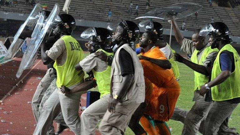 1. Сенегал срещу Кот Дивоар  Дидие Дрогба е вкарал доста голове за родината си, но едва ли някой от тях е предизвиквал по-тежки реакции от реализираната от него дузпа срещу Сенегал в квалификацията между двата отбора за турнира на Купата на африканските нации.  На снимката - Коло Туре е ескортиран от полицаи, след като феновете на Сенегал нахлуват на терена в Дакар