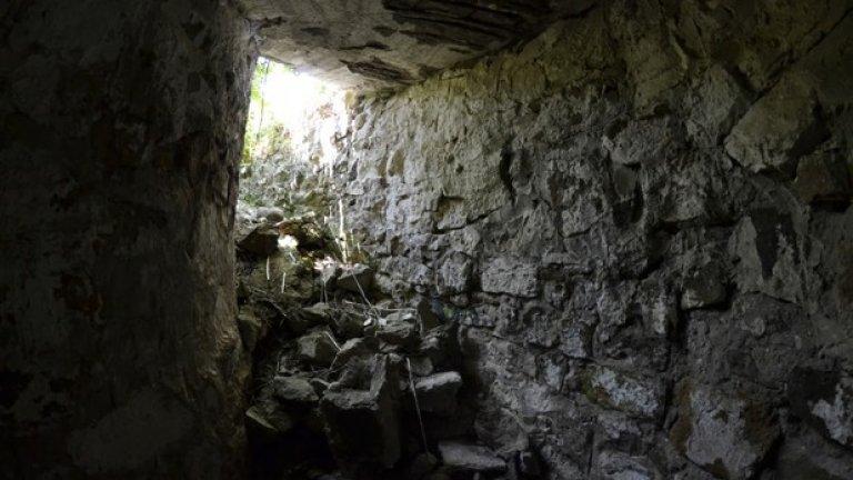 Някога оттук войниците са достигали до откритото артилерийското гнездо, полувкопано в земята.