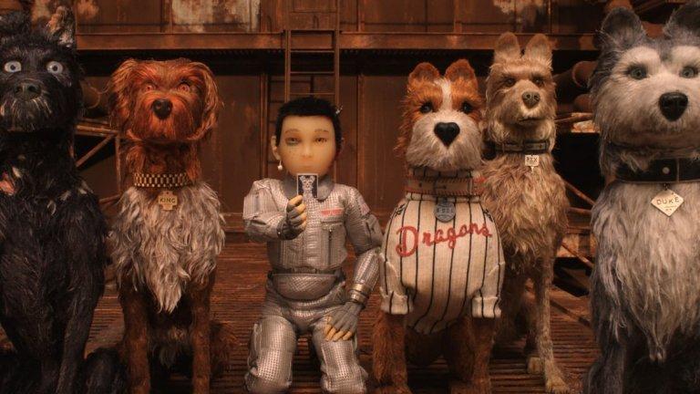 """Островът на кучетата (2018) Скарлет отново играе само по глас, но както вече е известно това тя го умее добре. Филмът на Уес Андерсън е вдъхновен от стилистиката на азиатското кино и култура и по-специално от Акира Куросава. Режисьорът представя своя поглед към една сурова Япония, лишена от милост към най-добрия приятел на човека. """"Островът на кучетата"""" е анимация, която проследява приключенията на момче в търсене на любимото му куче. Като повечето неща, които Уес Андерсън прави обаче, пластове и пластове надолу в този филм, маскиран като анимационно кино, ще откриете теми за любовта, приятелството, расизма, различните и какво ли още не. Диалогът е на японски, кучешко-английски, а музиката е вълшебна. А Скарлет дава гласа си на справедливата Нъгмед."""