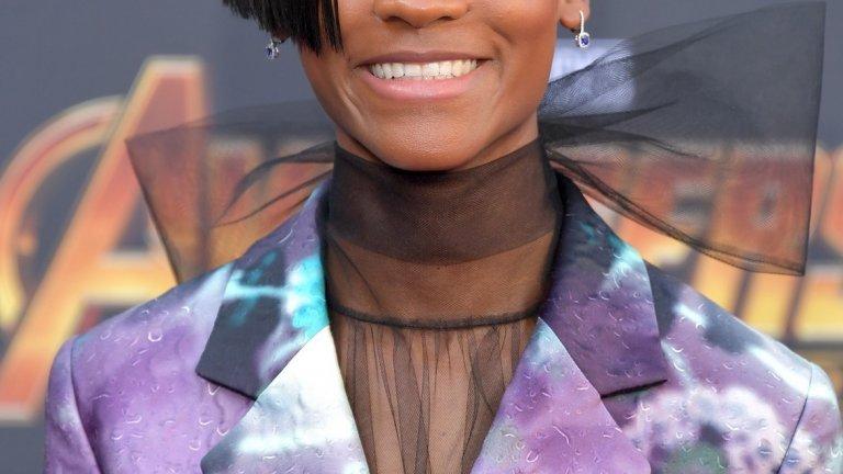 """10. Летиша Райт  Тъмнокожото момиче с широка усмивка стана фаворит на зрителите с ролята си в изненадващия хит на годината """"Черната пантера"""" (Black Panther). Там тя играе Шури – по-малката сестра на главния герой Т Чала, която не е традиционната принцеса, а е и технологичен гений. Повтори ролята в мащабния """"Avengers: Infinity War"""", а най-големият успех безспорно е номинацията за награда """"Еми"""" за участието си в антологичния сериал Black Mirror. Очакват я още големи проекти – романтичният научно-фантастичен филм """"Hold Back The Stars"""", в който ще си партнира с Джон Бойега (Фин от новите """"Междузвездни войни""""), предполагаема роля във филма Gueva Island с Риана и Доналд Глоувър, както и неизбежното продължение на """"Black Panther""""."""