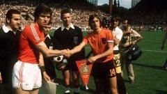 Капитаните на България и Холандия - Христо Бонев и Йохан Кройф - се поздравяват преди единствения мач между двата тима на големи футболни финали - Световното първенство през 1974 г.
