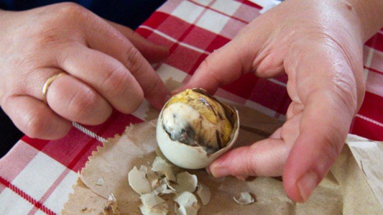 Не изглежда никак приятно, но във Филипините похапват Balut – сварено яйце с жив патешки зародиш