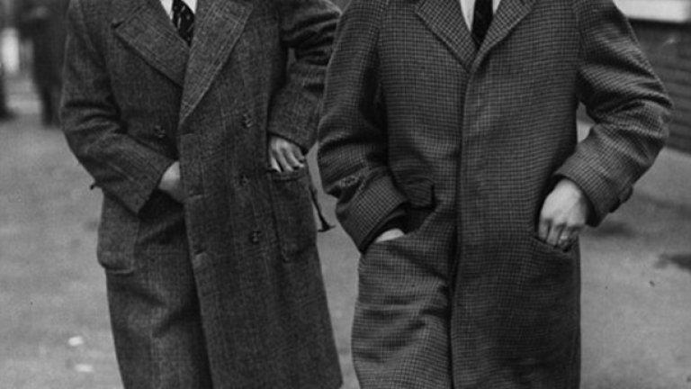 """Когато Джими Грийвс напусна Милан, за да отиде в Тотнъм през 1961-а, """"шпорите"""" платиха 99 999 паунда. Сумата изглежда необичайна, но цели да не превърне Грийвс в първия """"шестцифрен"""" трансфер. По-късно такъв става Денис Лоу, продаден за 100 хил. от Ман. Сити на Торино. На снимката Грийвс тъкмо пристига в Тотнъм, следван от новия мениджър на тима Бил Никълсън."""