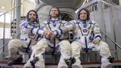 """Космонавтите Генади Падалка, Михаил Корниенко и Скот Кели се подготвят за мисията в симулатор на кораба """"Съюз"""" на 5 март 2015-та година. Те бяха изстреляни в космоса на 28 март 2015-та и останаха там 340 дни."""