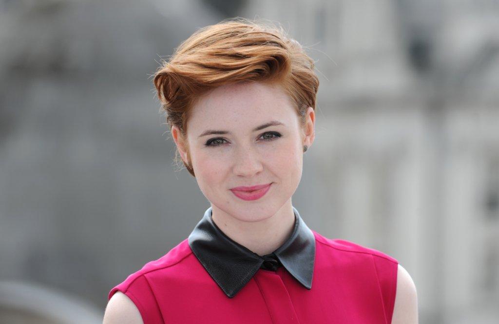 """От Doctor Who до Холивуд  Гилън намира място в сърцата на феновете на фантастиката с участието си в британската поредица Doctor Who. Тя играе ролята на Ейми Понд и си партнира с Единадесетия доктор (Мат Смит). Въпреки популярността на сериала, Карън казва, че той """"не е катапултирал кариерата"""" ѝ нагоре, нито ѝ е спестил борбата за роли. През 2013 г. се мести в САЩ и тепърва трябва да се доказва там."""