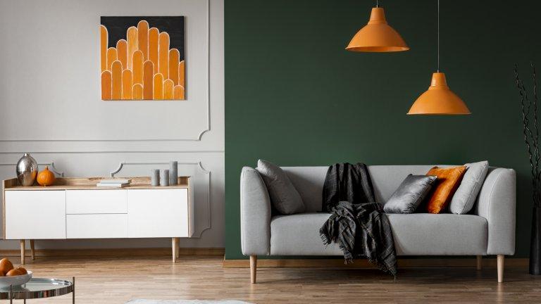 Настъпват по-дълги, топли и светли дни, а ако се случва понякога да не ги използвате за дълга разходка, можете преспокойно да откраднете някоя от нашите идеи за смяна на сезона вкъщи:  Въведете нов цветен акцент Оранжеви лампи и оранжева възглавница, които се връзват с цвета на портокалите на масата? Може и да звучи като нещо, което би се харесало само на истински педантичните към детайла, но само опитайте да внесете по-дързък цветен акцент вкъщи. Уверяваме ви, че следващия път в магазина ще търсите килим или възглавница в същия цвят, а ако намерите нещо такова и го сложите, чувството ще бъде сякаш сте подредили сложен пъзел.