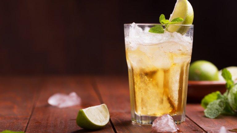 """Бирена МаргаритаКогато перфектно изстудената бира срещне коктейл """"Маргарита"""", се получава точно това. За тази свежа комбинация трябва бира пилзнер, 50 грама текила и по няколко капки захарен сироп и лимонов сок. Всичко се смесва във висока коктейлна чаша, а украсата от лимон и настъргана кора от лимон е задължителна."""