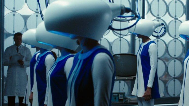 """Predestination (""""Патрул във времето"""") Година:2014Сякаш силно недооценен, филмът на братята Спириг всъщност е интелигентен и многопластов сайфай екшън, който разчита на психологически лабиринти и нелинеен наратив. Той следи живота на времеви агент (Итън Хоук), изпратен на серия от сложни и взаимносвързани пътешествия, които имат за цел да спрат бъдещи убийци да извършат престъпленията си. Последното от тях обаче се оказва особено важно, защото посочва колко силно свързани сме дори с онези, които смятаме за наша противоположност."""