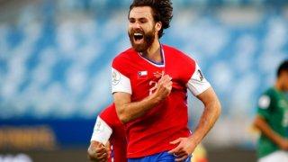 Той е англичанин, не знае химна и бе открит във Football Manager, но Чили го провъзгласи за Новия Марадона