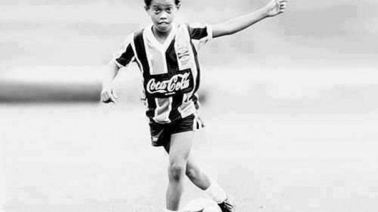 Тъжното пропадане на Роналдиньо: От върха на футболния свят до дълговете, многоженството и фалшивия паспорт