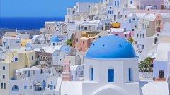 Остров Санторини Пейзажът на остров Санторини е едно от нещата, за които се сещаме като чуем Гърция – измазани в бяло къщи със сини покриви, които контрастират на тъмните скали на острова и водите на Егейско море. Една от най-големите забележителности на Санторини е така наречената калдера – кратер, запълнен с вода, който се образува при изригване на вулкана на острова през 1400 година пр.н.ера. Според някои учени това е най-голямото вулканично изригване, което някога се е случвало на земята. Има предположения, че именно на този остров е живяла мистичната цивилизация на Атлантида, изчезнала след изригването. На територията на Санторини са открити находки, които доказват ранното наличие на развита цивилизация. Останките от минойската цивилизация могат да бъдат видени в село Акротири в най-югозападния край на острова. В селото има руини от стара крепост, а разкопките са много добре запазени. На края на острова е и селцето Ия, от което се разкрива една от най-красивите гледки към залеза. От пристанището на селото до върха има 258 стъпала, но пейзажът, който се разкрива, си заслужава изкачването.