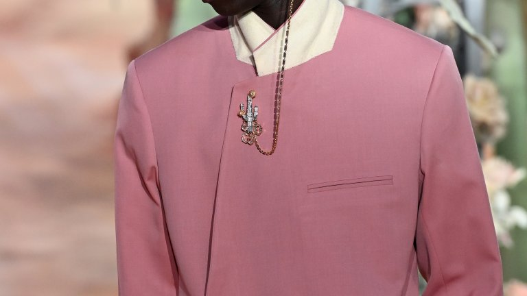 Пастелно розово сако, напомнящо балдахин от спалня във френски замък в комбинация с дантелена бяла шапка: този аутфит няма как да остане незабелязан от зоркото модно око.
