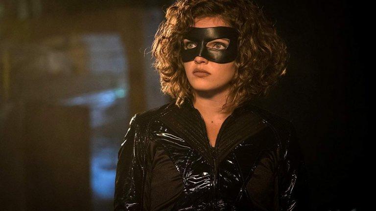 """Тъй като действието в """"Готъм"""" се развива, докато Брус Уейн още не е станал Батман, а е все още млад сирак, Селина тук също е по-млада - едва на 13. Също сирак, тя става свидетел на убийството на родителите на Брус, а през следващите сезони развива сложни взаимоотношения с бъдещия Черен рицар."""