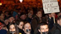 Скандиранията и недоволството от Орбан изглеждат зловещо сходни с тези на протестиращите на Евромайдан в Украйна срещу бившия президент Виктор Янукович