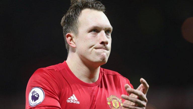 Фил Джоунс  Доказал е, че когато е здрав, може да бъде много способен защитник за Юнайтед и за Англия. Проблемът е, че твърде рядко е здрав. Така или иначе трудно би се преборил за титулярно място, а постоянните му контузии го правят неподходящ и за резерва в отбраната. Моуриньо едва ли повече може да си позволи да държи футболисти, които традиционно отсъстват от игра по три и повече месеца от сезона.