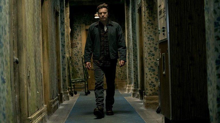 """Доктор Сън   Действието се развива години след събитията от """"Сиянието"""", а Дани, героят на Юън Макгрегър, е измъчван от същите демони, които побъркаха баща му. Постепенно той се превръща в ходеща развалина с проблеми с алкохола и не може да преживее събитията от хотел """"Оувърлук"""".  Дани обаче има неподозирана дарба, която помага на хората около него да прекрачват прага на отвъдното, а с подобен талант идват и странните и зловещи случки в живота му.   Премиерата на адаптацията по романа на Стивън Кинг е на 8 ноември."""