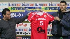 Георги Георгиев (вляво) може да постави логото на фирмата си и на сините екипи на Ираклис (Солун)