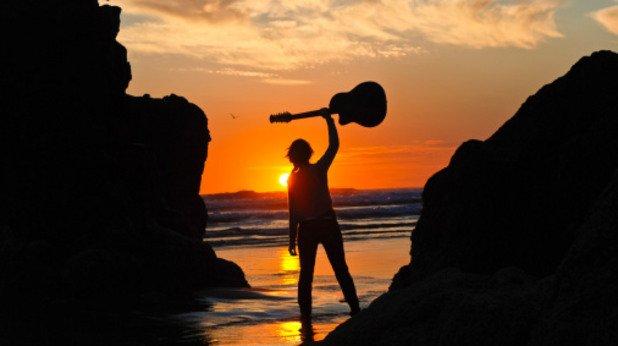 Научете се да свирите на музикален инструмент Никога не е късно и обещава да развие сегменти от мозъка ви, които не познавате.