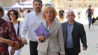 Мая Манолова и поддръжниците ѝ с шумна акция пред ЦИК