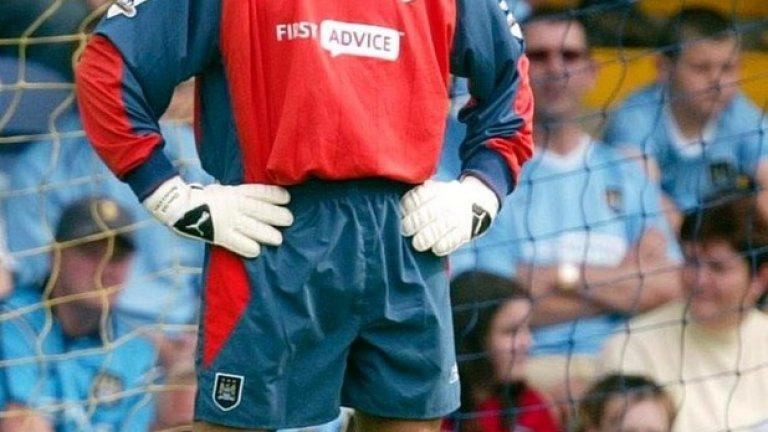 Дейвид Сиймън  Най-великият вратар в историята на Арсенал постигна големи успехи след като Арсен Венгер пое тима. След като приключи с футбола през 2004 г. в Манчестър Сити, Сиймън се включи в някои телевизионни предавания и махна легендарната си опашка.