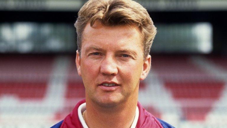 Амбициозният Ван Гаал неочаквано получава поста на старши треньор в Аякс, но постига нещо велико с родния си клуб, а оттам се издига до легенда в професията. Вчера холандецът обяви, че окончателно се оттегля от футбола