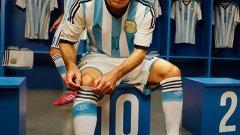 Аржентина залага на класиката, като фланелката на Меси почти не е изменена още от времената, когато я носеше Диего Армандо Марадона