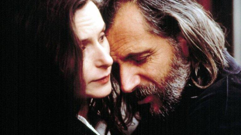 """""""Преди дъжда""""  Филмът преплита две истории, една от които се развива в Македония, а друга - в Лондон. В планински манастир в Македония монах на име Кирил укрива момиче, което е жертва на етническа омраза. А в Лондон Ан и съпругът ѝ, с когото се развеждат, си уговарят среща в ресторант. Сюжетът е изграден подобно на """"Криминале"""" на Куентин Тарантино, но с един парадокс - един от героите само изглежда мъртъв."""