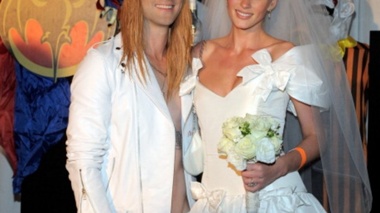 """Фронтменът на Maroon 5 -  Адам Ливайн в ролята на Аксел Роуз от клипа към """"November rain"""""""
