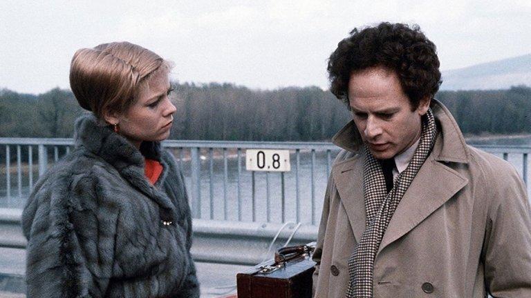 """Разминаване (Bad Timing, 1980 г., реж. Никълъс Роуг)  Британският психологически трилър описва сложните взаимоотношения на жена и професор по психология, които живеят във Виена. За целта действието е накъсано от множество сцени, които показват минали събития.  Нолан обяснява, че филмите на режисьора Никълъс Роуг са познати най-вече с иновациите в областта на структурата на писането, но в случая с """"Bad Timing"""" това е комбинирано и с """"отлично заснемане""""."""
