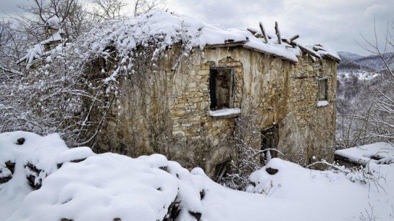 Дори най-запазената къща тук е със съборен покрив, от който се вият дългите пипала на бодливи храсти.