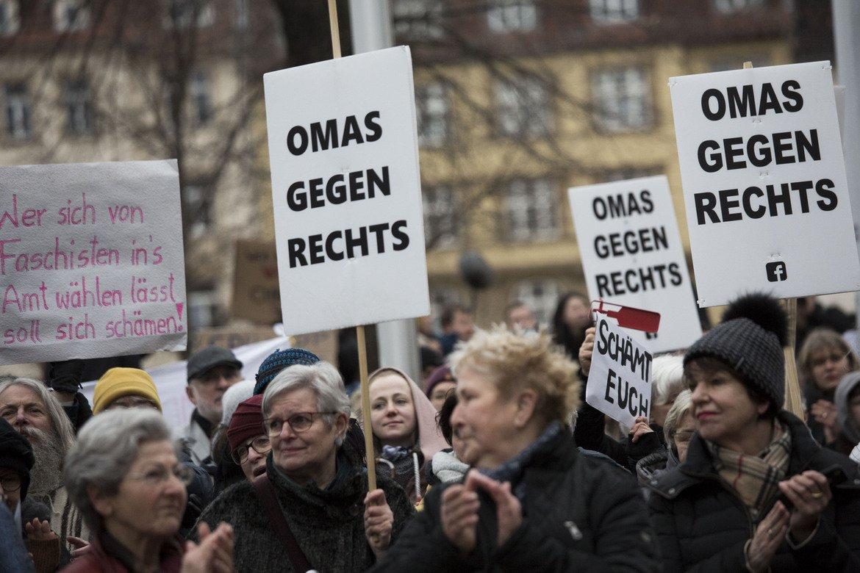 Хиляди хора излязоха снощи по улиците на Берлин, Мюнхен и други големи градове в Германия в знак на възмущение от това, че AfD по някакъв начин участват в определянето на политиката дори на част от страната.