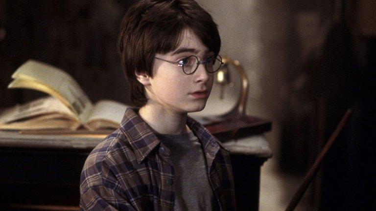 """""""Хари Потър""""  Още филмова магия! Историята я знаете - Хари е сирак, който започва подготовката си за магьосник в училището Хогуъртс. Там открива верни приятели, опасни врагове и много тайни, които ще го накарат бързо да порасне.  И това не е история само за деца, не, не и не. Това е разказ за порастването, за приятелството и за това, че никога не можеш да знаеш дали учителят ти не си е падал по майка ти.  Седем филма, различни режисьори (а следователно и визия и атмосфера) и общо над 19 часа забавление. Една повторна визита в света на Хари Потър ще ви запълни цяла седмица или ще ви даде възможност за интересен филмов маратон. А ако имате приятели, които са фенове, можете дистанционно чрез телефона да споделите гледането с тях."""