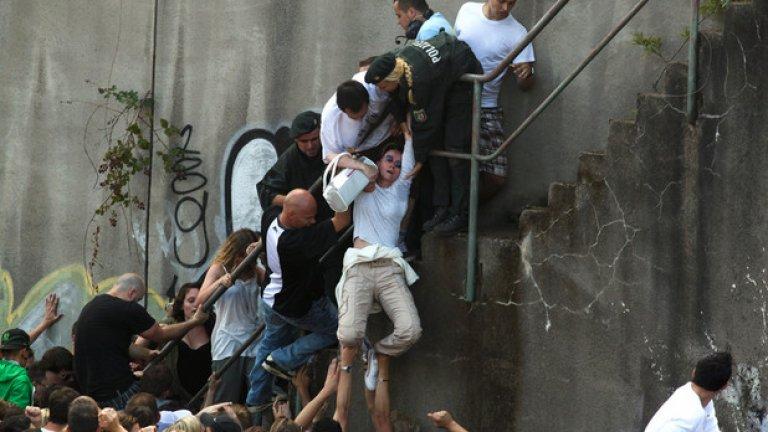 ...За съжаление събирането на такива големи тълпи има и тъмна страна и на 24 юли тя се показва много ясно, когато в следствие на блъскане в тунел 21 души умират от задушаване, а 510 са ранени. Нормално, когато мястото е предназначено за 250 000 души, а се събират 1 400 000...