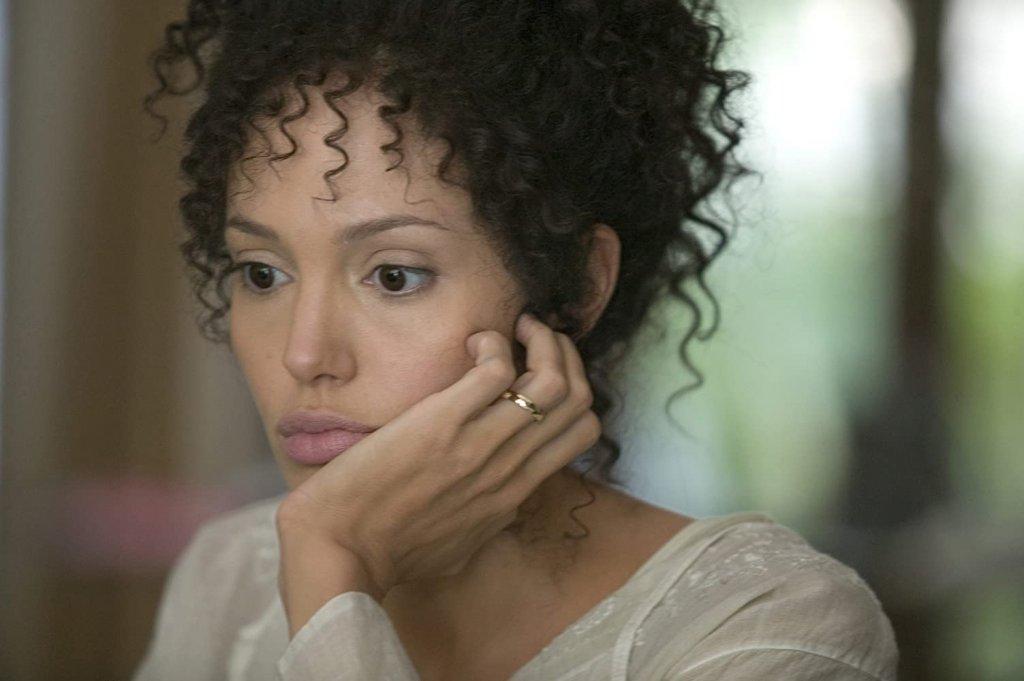 """Анджелина Джоли в """"Могъщо сърце"""" Този филм разказва за съдбата на журналистката Мариан Пърл, изиграна от Анджелина Джоли, гримирана почти до неузнаваемост. Истинската Пърл обаче е французойка с пакистански корени и характерните ѝ черти и цвят на кожата нямат почти нищо с образа, който Джоли пресъздава на екрана."""