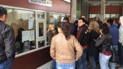 Първите фенове се нареждат на опашката още в 6:00 сутринта, но все още не могат да си закупят билети