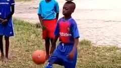 10-годишен нигерийски талант жонглира с топка на главата си (ВИДЕО)
