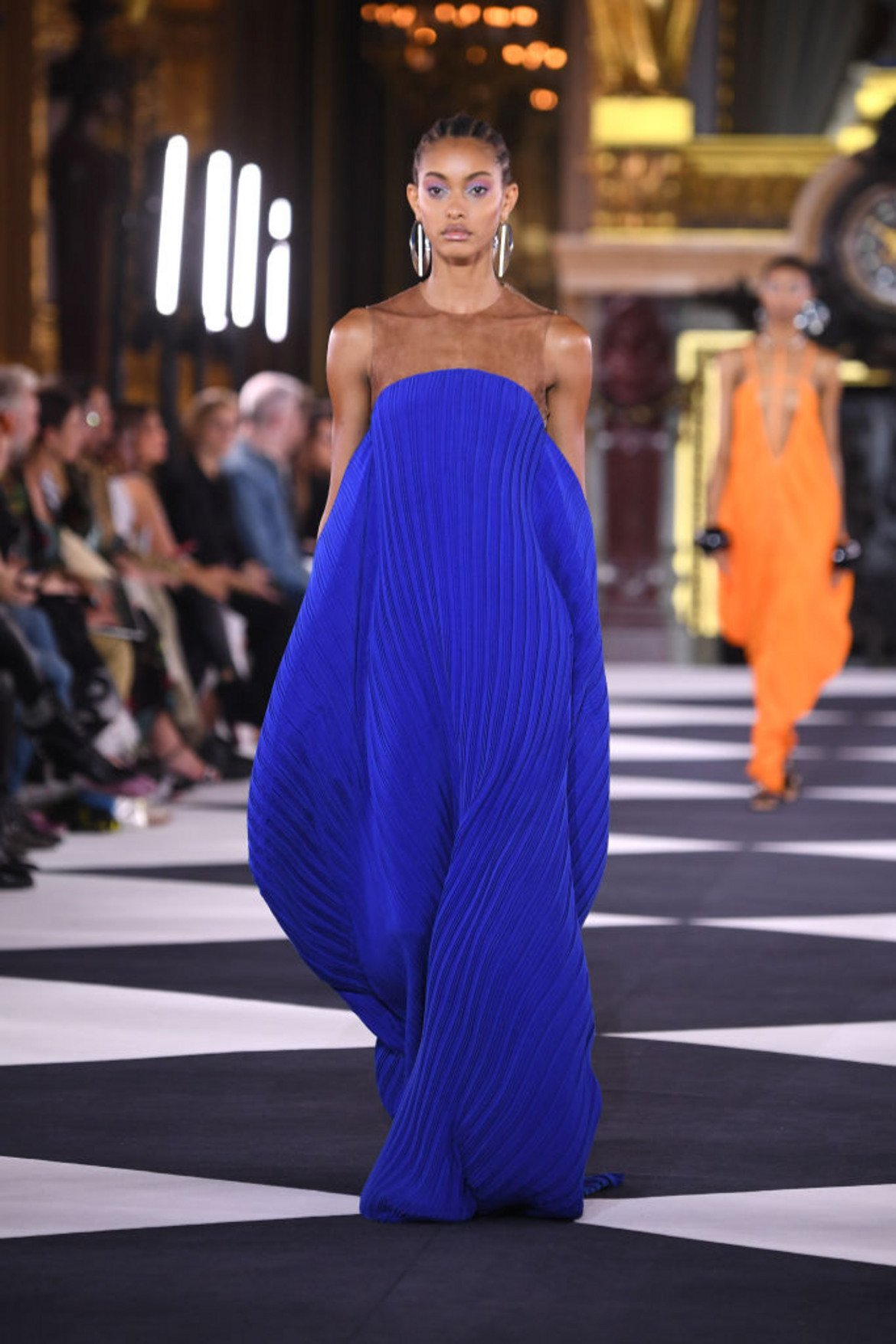 Класическо синьо (Classic Blue) Както вече казахме, това е цветът на 2020-а, символизиращ постоянство и увереност.   На снимката: рокля на Balmain в класическото синьо, което тази пролет ще бъде на почит. Видяхме я на Модната седмица в Париж през септември миналата година.