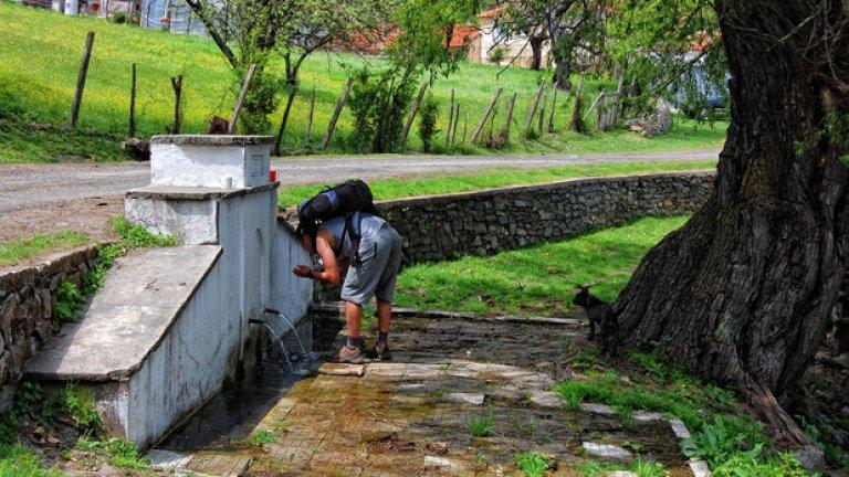 Старата чешма на входа на село Русалско