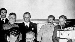 """Подписване на Пакта """"Рибентроп–Молотов"""" под усмихнатия поглед на Сталин"""