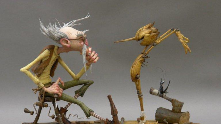 """Гийермо дел Торо  След оскаровия си успех """"Формата на водата"""" (2017 г.) дел Торо затвърди името си в Холивуд и интересът към следващите му проекти разбираемо е по-голям. Първият такъв е """"Пинокио"""" (Pinocchio) - стоуп моушън анимация, която (отново) ще ни разкаже историята за дървеното момче, чийто нос расте, когато то лъже. Тъй като говорим за Дел Торо, отново ни очаква мрачен фентъзи поглед към историята на Карло Колоди.  Юън Макгрегър дава гласа си на Пинокио, а сред другите популярни имена, които ще озвучават персонажи, са Тилда Суинтън, Кристоф Валц и любимецът на дел Торо - Рон Пърлман (""""Хелбой""""). Много вероятно е обаче работата по проекта да е била прекъсната от пандемията. За момента от Netflix, където филмът ще се появи, се целят в премиерна дата през 2021 г."""