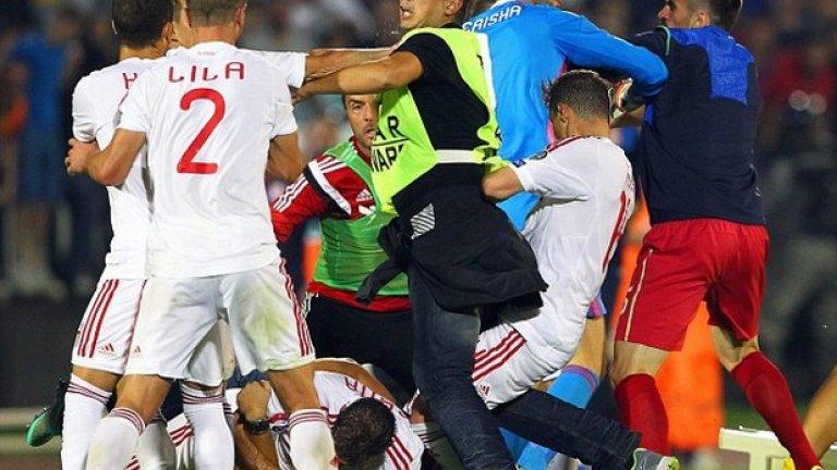 Политическият привкус на срещата Сърбия - Албания, заради който бе прекратен мача, не е прецедент. Ето и някои от най-хаотичните случаи, при които футболни срещи приключват заради ексцесии..